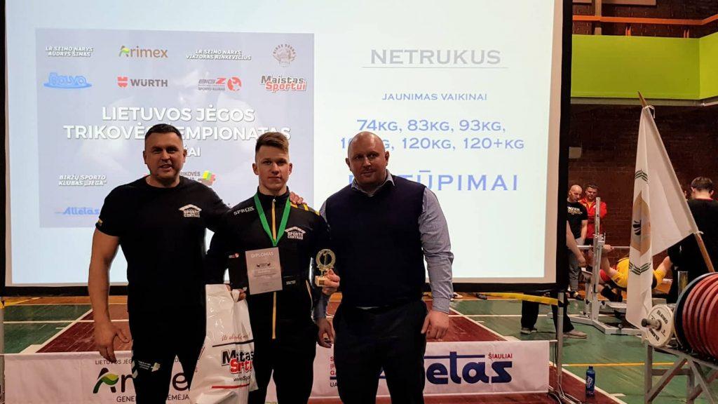 Read more about the article Lazdijų sporto centro jėgos trikovininkas Rokas Burba tapo štangos spaudimo sporto meistru!